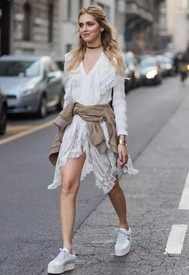 一双运动鞋,能够搭配衣橱里所有的裙子