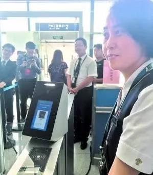 """广州机场将实现""""刷脸""""登机 整容需及时更新证件照"""