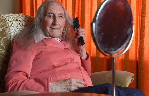 英国莱斯特郡变性 九十岁高龄老人竟如此大胆