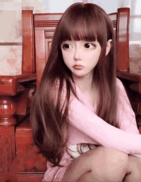 网红整容成洋娃娃 过度整容的她如今很后悔