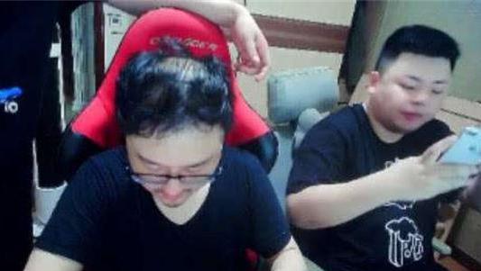 LOL主播笑笑晒植发效果照片,网友惊呼:像带了假发一样茂密!