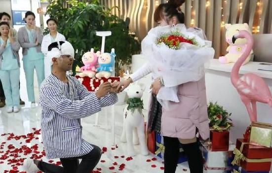 小伙车祸严重毁容,10年间整形40多次,今向网友求婚成功,真爱!