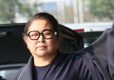 """60岁倪萍""""暴瘦""""被质疑整容,她为什么老得这么快?"""
