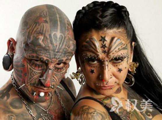 国外夫妻俩迷恋纹身整容 全身布满的彩色有点吓人