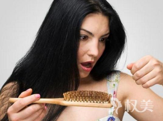 """毛发移植治疗头部秃顶 漂长秀发做回美""""发人"""""""