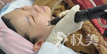 白瓷娃娃美容治疗过程中的图片